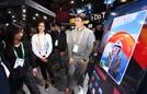SKT '콜라 for 세로 TV' 체험하는 관람객들[CES 2020]