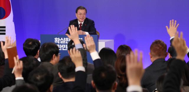 [속보] 문 대통령 '조국 문제 계속돼 송구...재판 결과에 맡겨야'