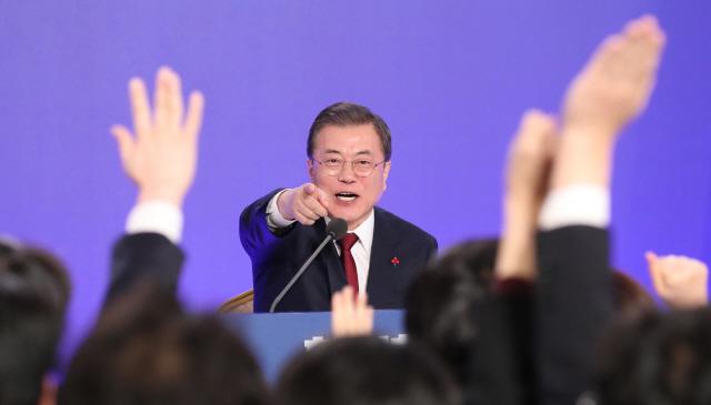 文대통령 신년 회견에…'진솔한 답변' vs '또 남탓 일관'