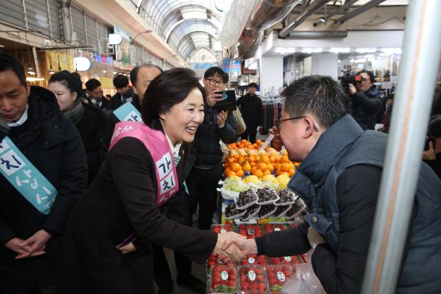 """박영선 장관 """"설에 전통시장 많이 찾아주세요"""""""