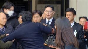 """""""준법경영 양형 반영"""", 성난 시위자 JY에 돌진"""