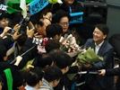 지지자들과 인사하는 안철수 전 대표