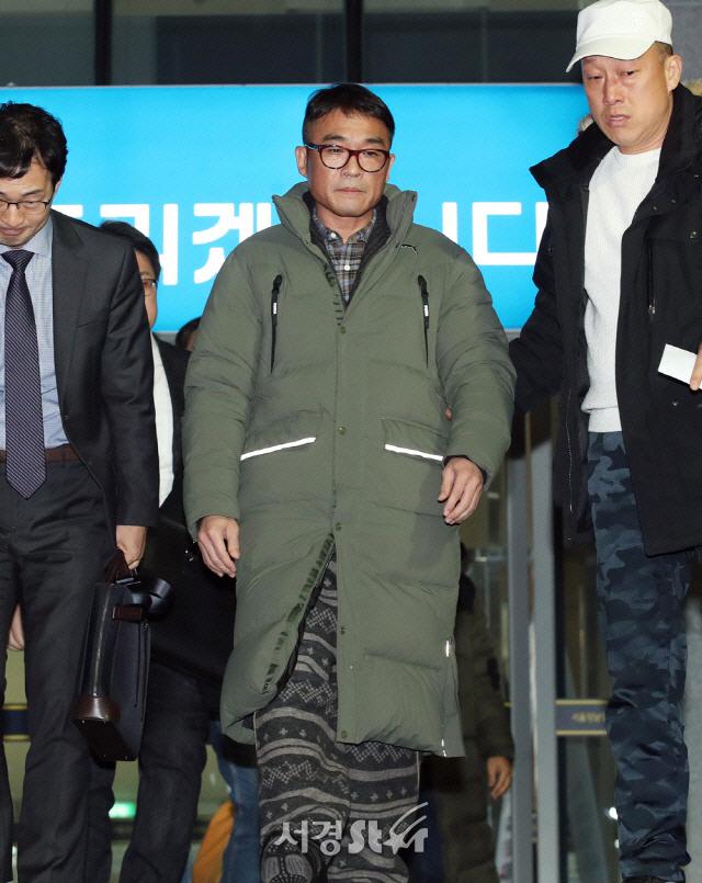 '김건모가 '친구끼리 뽀뽀도 못하냐'고…' 성희롱 폭로 또 나와