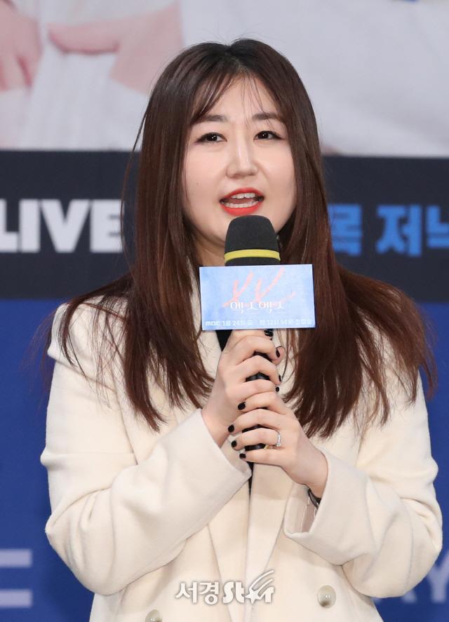 인사말하는 이슬 작가 (엑스엑스 제작발표회)