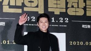 류수영, 훤칠한 비주얼로 손짓 (남산의 부장들 VIP시사회)