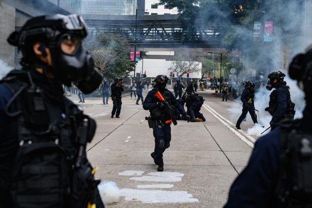 시위 장기화 여파...홍콩 공항 이용자수 금융위기 이후 최악 감소