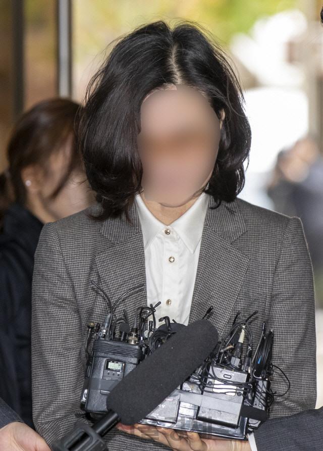 구속 후 처음 법정 온 정경심 '표창장 위조 공소 취소해 달라'