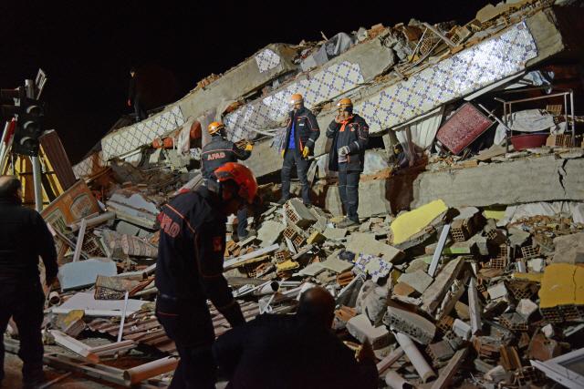 터키서 규모 6.8 지진…'최소 18명 사망·500여명 부상'