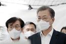 '악수 생략' 文, 국립중앙의료원서 우한폐렴 상황 점검