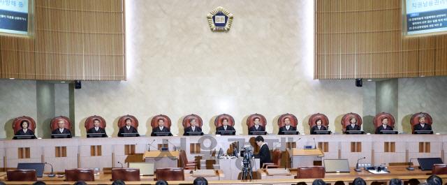 [서초동 야단법석] '현 정권 비리' 전담판사 바꾸고 '사법 적폐' 재판장 남긴 김명수