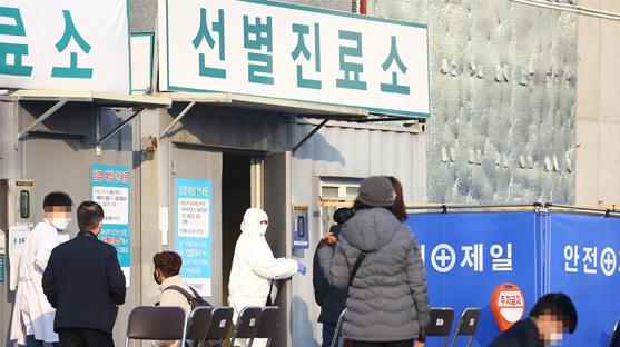 [속보] 전북 코로나19 확진자 직장 동료 1명 '양성'...군산 여성 2명도 의심 증세로 검사 중