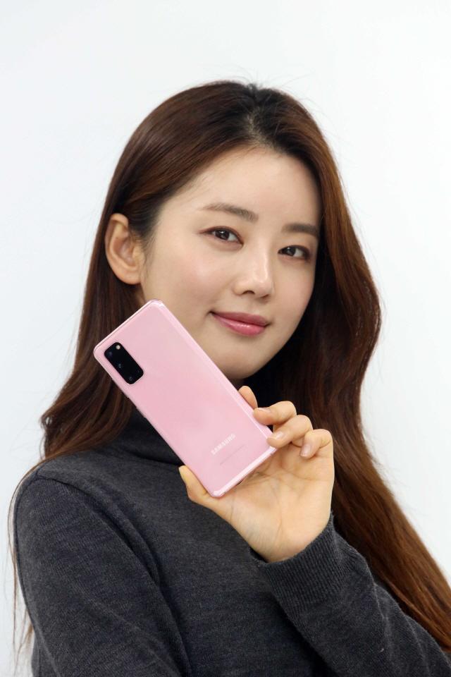 LGU+'갤럭시S20 예약 3명 중 1명 '핑크' 골라'