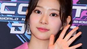 아이즈원 김민주, 여유 넘치는 인사 (엠카운트다운)