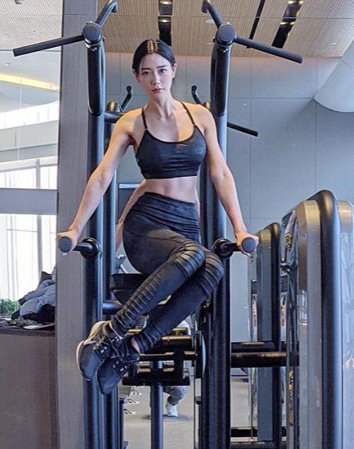 클라라, S라인은 '기본' 상체근육에 복근까지…섹시 넘어 건강전도사로