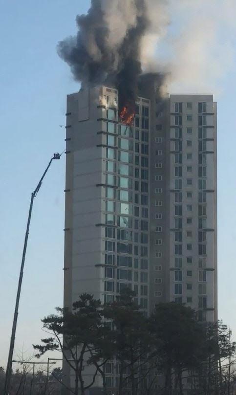 인천 청라동 25층 아파트서 화재…소방대원 45명 장비 23대 진화작업 중