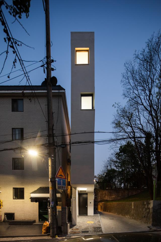 """[건축과 도시] """"얇지만 좁지 않아요"""" 1mm까지 계산한 공간설계"""