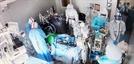 """""""코드블루"""" 방송에 음압병실로 한달음…의료진의 사투"""