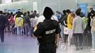 인천공항서 흉기로 직원 20여차례 찌른 한국계 미국인 30대 여성 구속