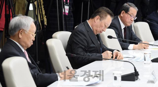 메모하는 손경식 경총회장-박용만 대한상의 회장-강호갑 한국중견기업연합회장