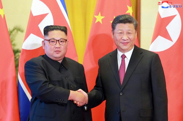 1년만에 김정은·시진핑 회담사진 내 건 주중 北대사관...코로나19 中지원 급했나