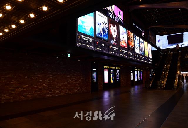 '코로나19' 한산한 영화관