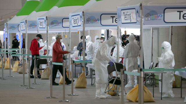 [사진] 공항에도 워킹스루 진료소 첫 선
