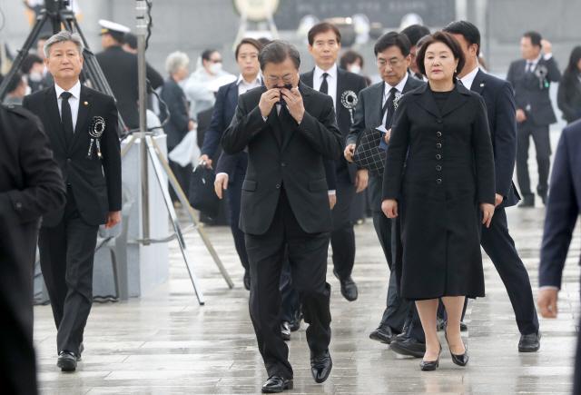 文대통령 '가장 강한 안보가 평화, 평화가 희생에 보답하는 길'
