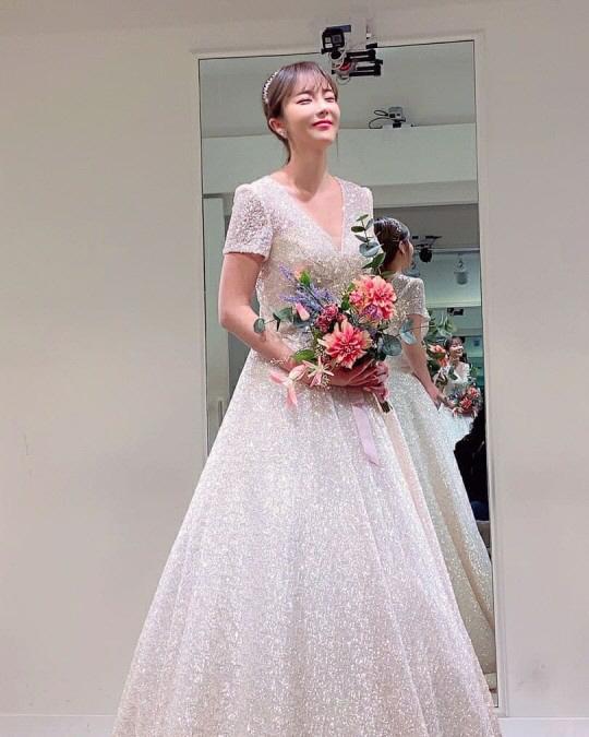 홍진영 '결혼해도 되겠네' 섹시+상큼 다 있는 웨딩드레스 착샷