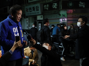 """李, 종로 마트서 선거운동 시작…""""국민 고통 덜어주는 일에 집중"""""""