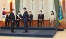 """文대통령, 정부위원회 위원장 위촉장 수여...""""일 욕심 많이 내달라"""""""
