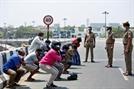 [사진] 봉쇄령 어겨서…벌 받는 인도 시민