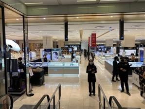 백화점 올해 첫 정기세일 매출 소폭 증가...소비심리 회복은 아직