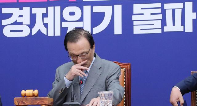 민주 '檢 압수수색 유감'...당내엔 '윤미향 함구령'