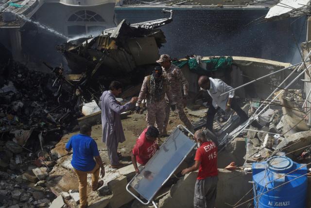 98명 탄 파키스탄 여객기, 카라치공항 인근 추락