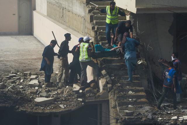 """[속보] 파키스탄 민항 """"여객기 추락 사고서 최소 2명 생존"""""""