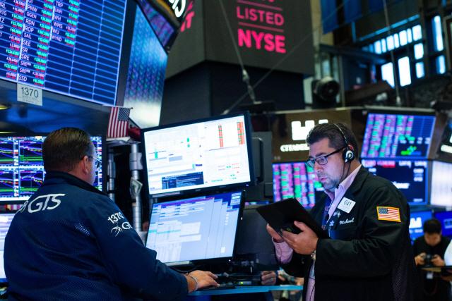 경제활동 재개만 본다…다우 지수 2%대 급등 [데일리 국제금융시장]