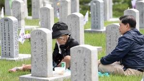 서울현충원 참배하는 유가족