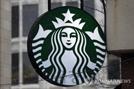 """BLM 티셔츠 못 입는다""…스타벅스, 인종차별 논란에 '보이콧' 직면"