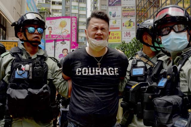 서슬 퍼런 홍콩보안법 첫날…'독립' 깃발 들었다고 체포
