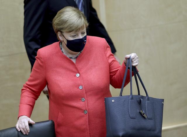'마스크 왜 안써요?'…메르켈 공식석상 마스크 착용 시작