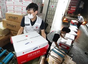 수해 이재민 지원물품 옮기는 대한적십자사 직원들