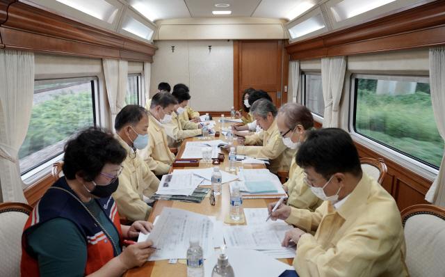기차 안에서 폭우피해 보고받은 文 '특별재난지역, 읍·면·동 단위 지정 검토'