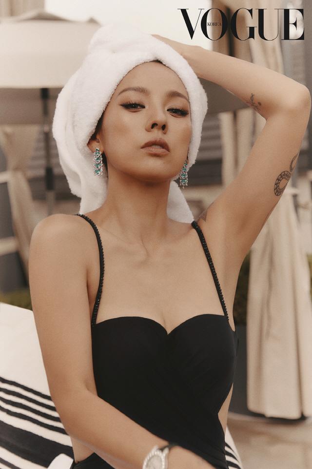 '아직 린다G는 떠나지 않았어요…' 이효리 파격 섹시 콘셉트 화보 공개