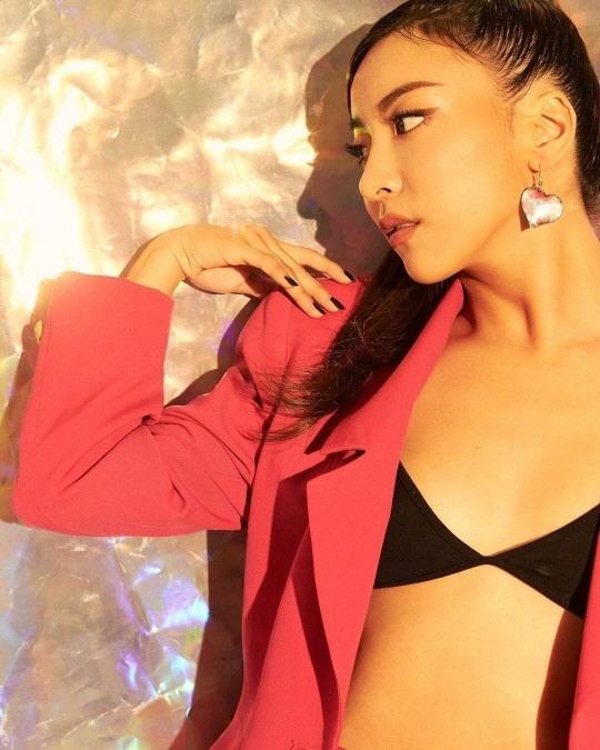 에프엑스 루나의 '검정 속옷' 패션…재킷 하나만 걸쳐도 이렇게 섹시해?