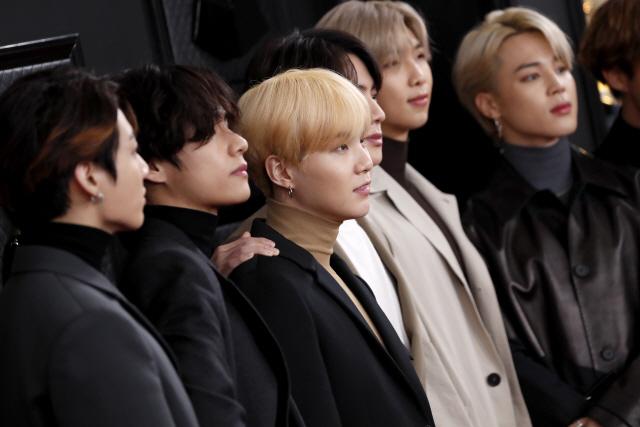 청와대 간 BTS '대한민국 청년은 늘 강하다...멈추지 않고 씩씩하게 걷길'