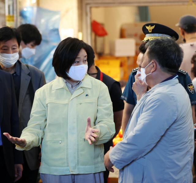 박영선 장관, 화재 피해 청량리전통시장 상인 위로
