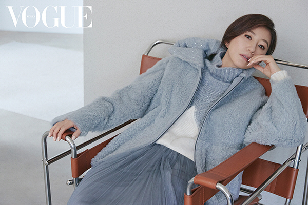 김희애, 시간이 갈수록 고혹적인 미모…'가을 패션의 정석' 화보 공개
