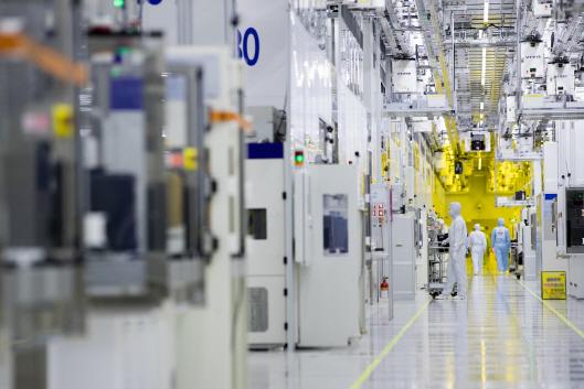 中 SMIC 제재에...사업 겹치는 DB하이텍 9% 뜀박질