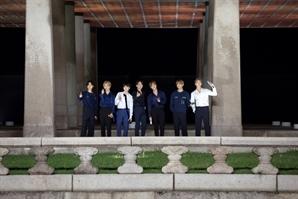 방탄소년단, 근정전 이어 경회루까지…'소우주' 열창하며 관심 폭발