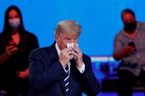 격렬한 트럼프… 침착한 바이든… 타운홀행사서 '간접 대결'